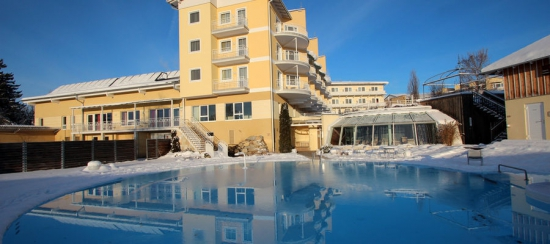 Hotel_mit_Pool_im_Winter